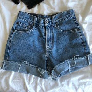 Vintage Levi's high waist/rise shorts size 24/25!